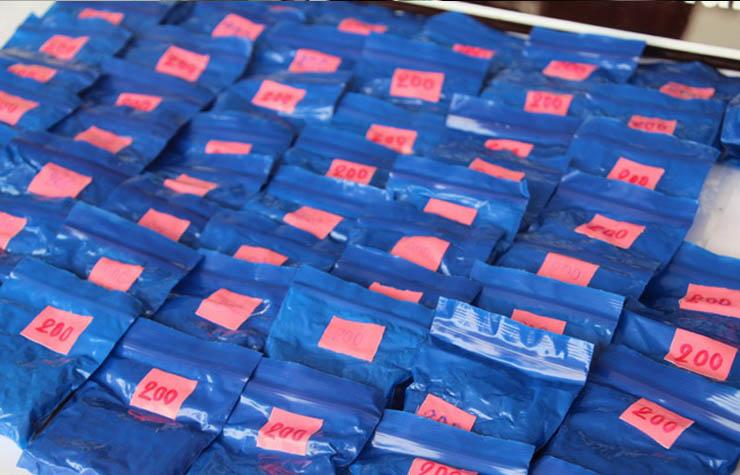 หนุ่มลาวอินเทรนด์ตามแฟชั่น ซุกยาบ้าในกระเป๋าสีรุ้งเกือบ 16,000 เม็ด
