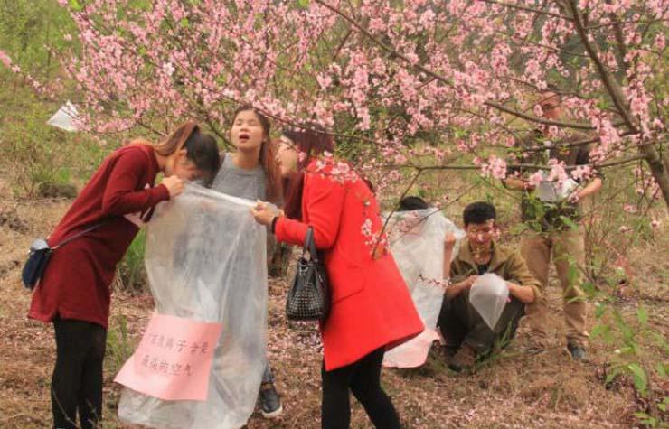 จีนตั้งแผงขายถุงลมอัดอากาศบริสุทธิ์บนยอดเขา จำหน่ายให้นักท่องเที่ยว