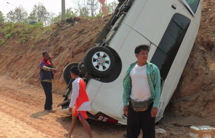 รถตู้ขนแรงงานพม่า 12 คน จากมหาชัย มุ่งสู่แม่สอด เสียหลักลงขอบทาง