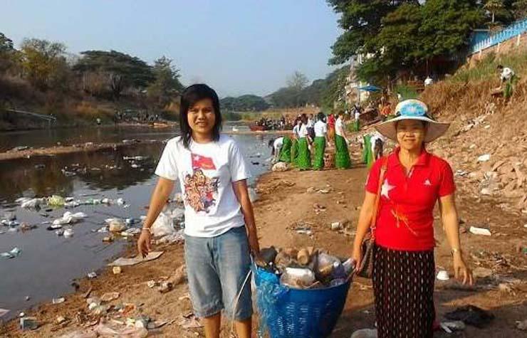 ผู้ว่าฯเมียวดี นำประชาชนชาวเมียนมาช่วยเก็บขยะริมน้ำเมยด้านฝั่งเมียวดี