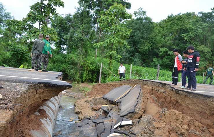 ฝนตกหนักหลายชั่วโมง น้ำป่าทะลักบ้านขุนห้วยแม่สอด ถนนถูกเซาะตัดขาด