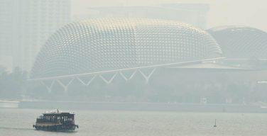 """สิงคโปร์เริ่มสำลักควัน """"ไฟป่าอิเหนา"""" ค่ามลพิษพุ่งแตะระดับอันตราย"""