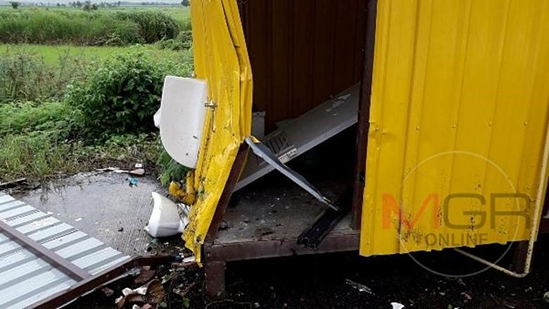 2 นักเรียนชายขี่มอเตอร์ไซค์ฝ่าฝนรีบไปโรงเรียน เสียหลักชนห้องน้ำข้างทาง เจ็บสาหัส