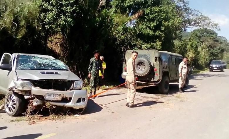 อุบัติเหตุรถยนต์พลิกคว่ำใกล้ศูนย์อพยพบ้านอุ้มเปี้ยม บาดเจ็บ 1