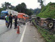 อุบัติเหตุรถชนเสาไฟฟ้าล้มขวางถนนตาก-แม่สอด รถติดเป็นทางยาว