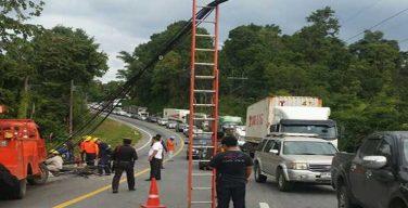ตำรวจอำนวยความสะดวกเส้นทางจราจร-การไฟฟ้าเร่งซ่อมเสาไฟฟ้า