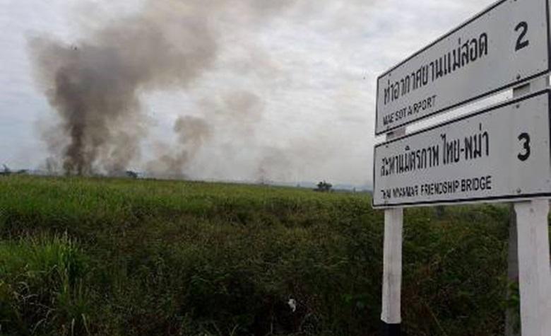 ไฟไหม้ไร่อ้อย ใกล้ชุมชนบ้านแม่ตาว ชาวบ้านเร่งขนของ หาที่หลบภัย
