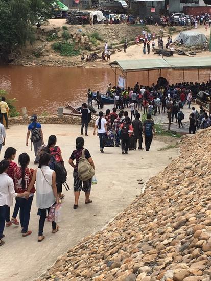 ชายแดนแม่สอดระส่ำ ลอยแพคนงานพม่าเกือบ 500 คน หวั่นผิดกฎหมาย