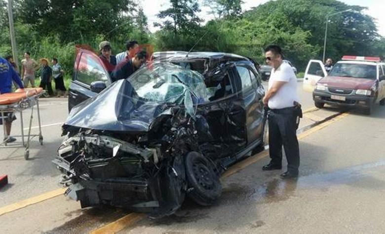 สาวพบพระ ขับเก๋งรีบกลับบ้าน รถแหกโค้งชนกระบะ เจ็บ 3 ราย