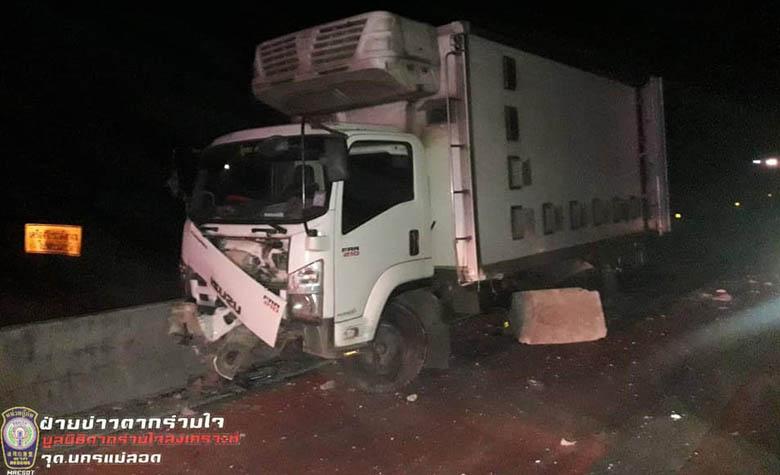 อุบัติเหตุรถบรรทุกหกล้อลื่นเสียหลักชนแบริเออร์ข้างถนนโค้งวัดโพธิคุณ