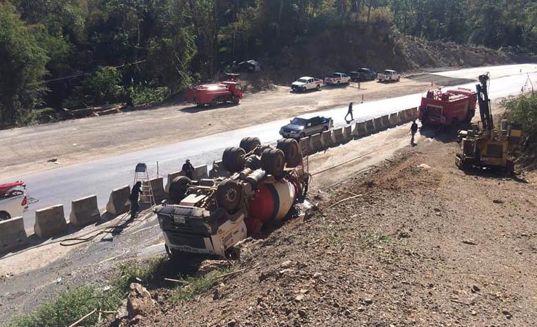 อุบัติเหตุรถบรรทุกปูนผสมสำเร็จพลิกคว่ำตกข้างทางหงายท้องล้อชี้ฟ้า