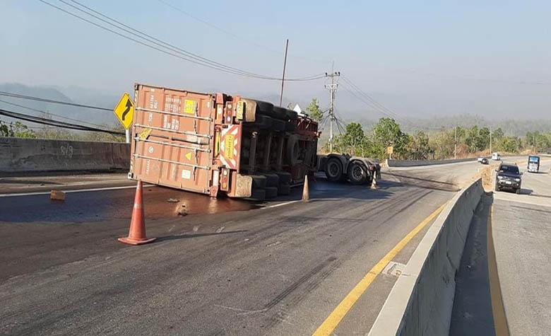 อุบัติเหตุรถบรรทุกพ่วงเสียหลักพลิกคว่ำเลยฉุกเฉินใหม่ดอยคา