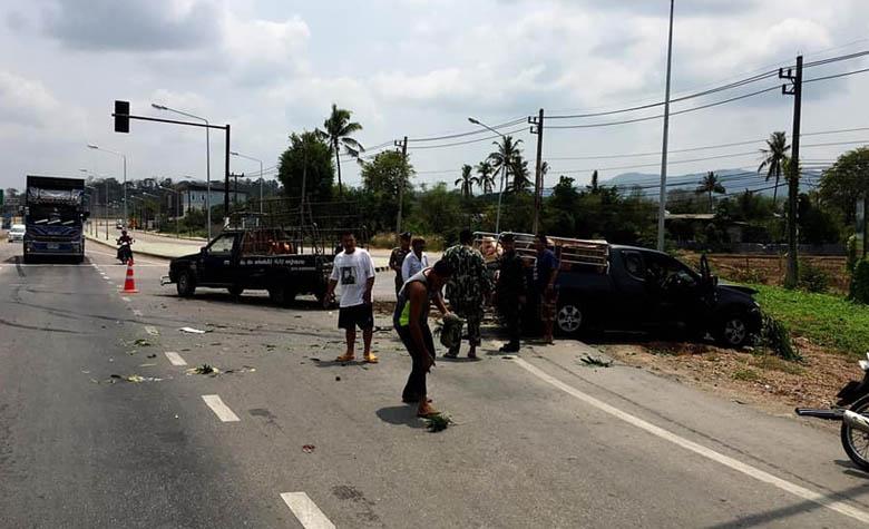 อุบัติเหตุรถกระบะชนกันบริเวณแยกไฟแดงบ้านหนองบัว เจ็บ 3