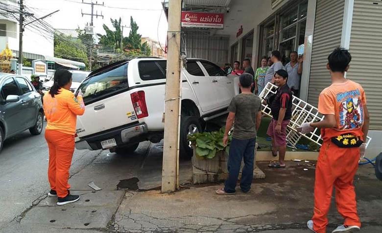 อุบัติเหตุรถเก๋งชนกับรถกระบะจนชนเข้าไปในร้านดอกไม้