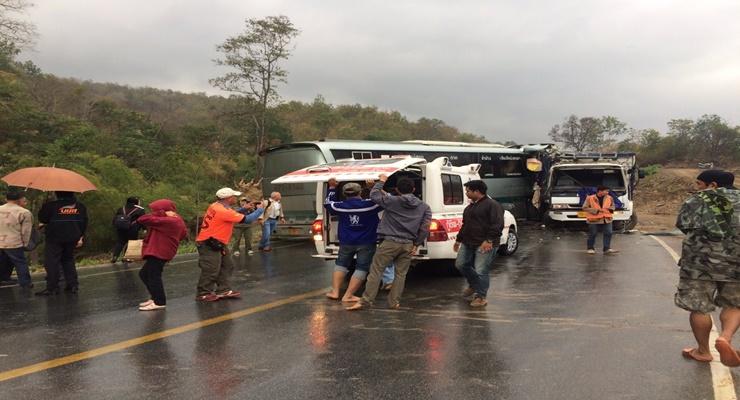 ฝนถล่มถนนสายตาก-แม่สอด รถทัวร์ไถลชนรถพ่วงเจ็บระนาว