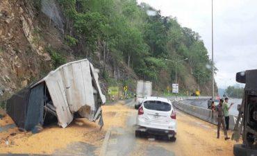 อุบัติเหตุรถบรรทุกข้าวโพดพลิกคว่ำบริเวณดอยรวก ถนนสายตาก-แม่สอด