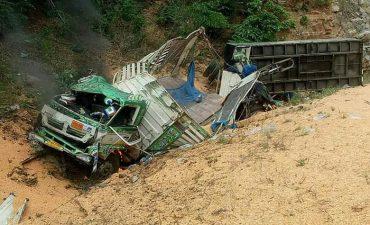 อุบัติเหตุรถบรรทุกเสียหลักพลิกคว่ำตกข้างถนน บนดอยรวก เจ็บ 1 ดับ 1