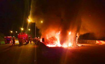 ดับเพลิงระงับเหตุเพลิงไหม้รถบรรทุกพลิกคว่ำ บริเวณทางโค้งวัดโพธิคุณ