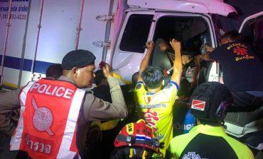 อุบัติเหตุรถบรรทุกหกล้อชนท้ายรถบรรทุกพ่วง บริเวณดอยรวก เจ็บ 2