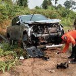 อุบัติเหตุรถยนต์กระบะสี่ประตูเสียหลัก ลื่นลงข้างทางโค้งหน่อไม้