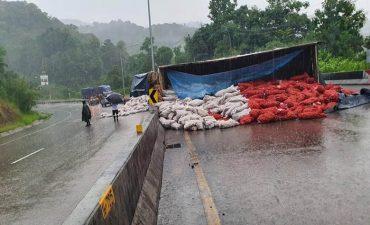 ฝนตกหนักรถบรรทุกพลิกคว่ำ หลัก กม. 17 ทางแยกหน้าทางเข้าวัดโพธิคุณ