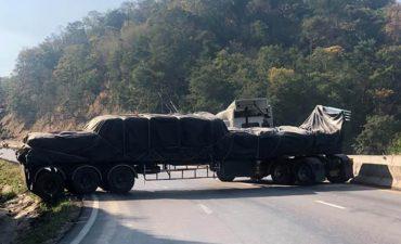 รถบรรทุกท้ายยาวขึ้นเขาไม่ไหวไหลถอยหลังขวางถนนปิดการจราจร