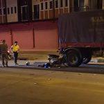 อุบัติเหตุมอเตอร์ไซค์ชนท้ายรถบรรทุกพ่วงที่จอดอยู่ข้างทางริมถนนสายตัดใหม่ฯ